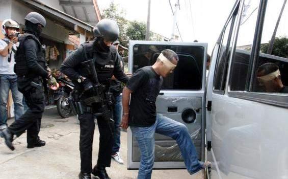 Densus 88 menangkap terduga teroris (ilustrasi) / sumber gambar: tribunnews.com