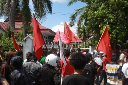 FRM menggelar aksi Hari Buruh Sedunia di depan kantor DPRD Kabupaten Bima (1-5-2012)/Foto: Buser