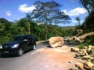 batu besar halangi jalan di kumbe