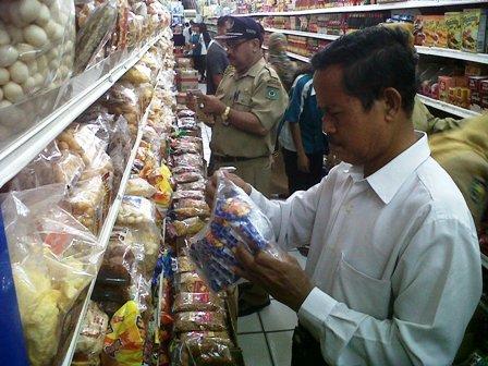 Rajia produk selama tiga hari di, Koperindag Kota Bima amankan enam karung Produk kadaluarsa