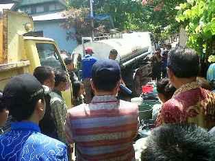 Warga Kelurahan Dara yang mengantri air bersih dari mobil tangki pemerintah beberapa hari yang lalu. Foto: Cen