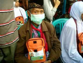 Salah satu Jemaah Calon Haji (JCH) yang dalam kondisi lumpuh namun tetap bisa melakukan ibadah haji dengan pendamping khusus.
