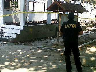 Tim Labfor Polda Bali sesaat setelah tiba di TKP kebakaran STKIP Bima. Foto: Bin