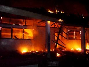 Kebakaran STKIP Bima disesalkan oleh tokoh pemuda di Kelurahan Mande. Foto: Arief
