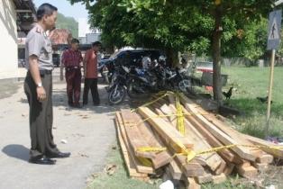Kayu sitaan dari kasus illegal logging. Foto: suaramandiri.net