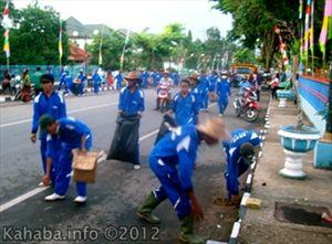 Pasukan kebersihan Kota Bima menjalankan tugasnya usai Pawai Budaya APEKSI. Foto: Buky