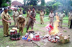 pemusnahan produk kedaluwarsa hasil razia Diskoperindag Kota Bima. Foto: Bin