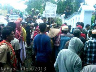 Massa pengunjuk rasa di depan gedung DPRD kabupaten bima. Foto: Arief