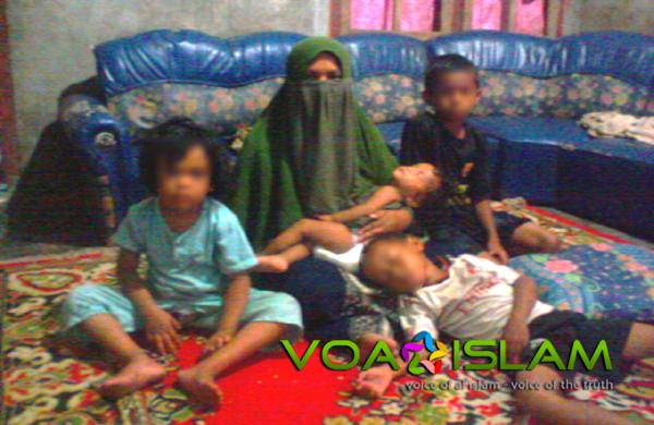 Nuraini harus berjuang sendirian menghidupi anak-anaknya pasca meninggalnya Bakhtiar. Foto: VOA ISLAM