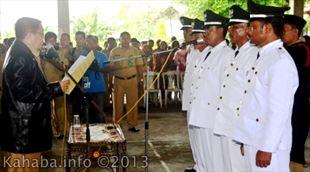 Plt Bupati Bima Drs. H. Syafrudin H.M. Nur. M.Pd ketika melantik 5 orang kepala desa di Kecamatan Madapangga dan Tambora, yang dipusatkan Selasa (8/1) di Paruga NaE Dena-Madapangga.