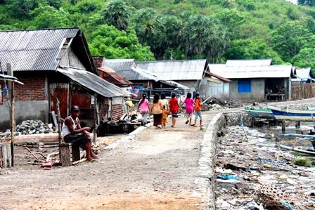 Kondisi tanggul yang membatasi kehidupan warga Sonngela dengan laut yang tak layak lagi. Foto: arief