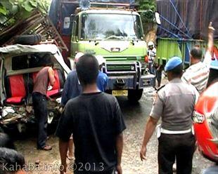 kecelakaan antara mobil pickup dan truk fuso di Oimbo Kota Bima