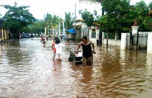 Banjir besar melanda Kelurahan Melayu, Jumat 1 Februari 2013. Foto: Arief