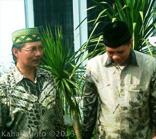 Pasangan Sucipto-Junaidin (Sujud) usai memasukan berkas pendaftaran di kantor KPU Kota Bima. Foto: Arief