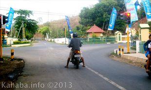 Perempatan Lewirato rawan kecelakaan akibat pencucian kendaraan kerap dilakukan. Foto: Arief Kahaba