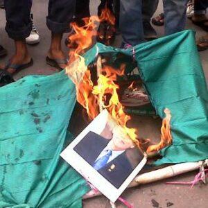 Foto SBY - Budhiono yang dibakar demonstran. Foto: Sofyan A