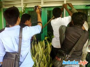 Massa menyegel Kantor Jasa Marga