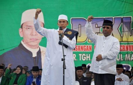 Pasangan Cagub-Cawagub, Tuan Guru Bajang (TGB) Zainul Majdi (kiri) dan Muhamad Amin (kanan) saat deklarasi pencalonan. Foto: Warta Indonesia