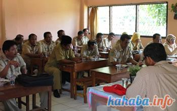 Suasana jalannya rapat sesaat setelah kedatangan para pekerja media di SDN 36 Kota Bima