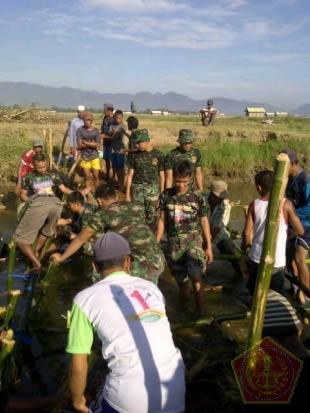 Masyarakat dan TNI bergotong royong membangun bendungan