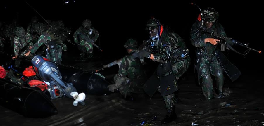 Prajurit Marini melakukan pendaratan di pantai Ule Kota Bima dalam simulasi latihan tempur pada gelar Latihan Gabungan TNI 2013