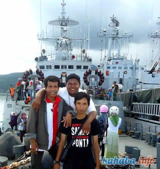 Warga Bima antusias 'rekreasi' di atas tiga kapal perang milik TNI yang sandar di Pelabuhan Bima.