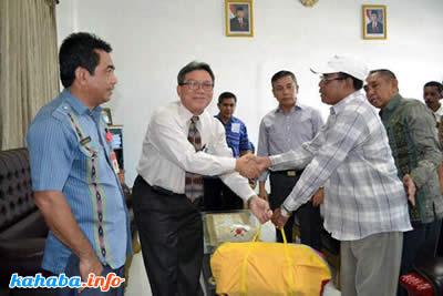 Pimpinan BNI Bima saat menyerahkan bantuan tenda untuk 14 PKL di Kota Bima