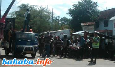 Aksi unjukrasa FPPD di depan kantor BRI Cabang Bima