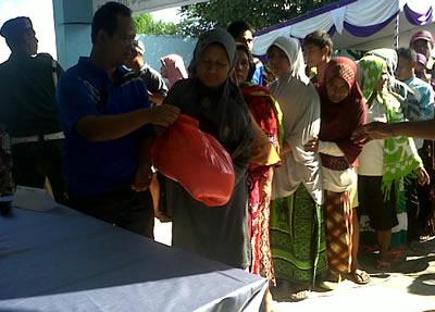 Suasana pembagian Sembako gratis di kantor PT. Pelindo III Cabang Bima.
