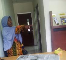 Ibu Salahudin, Asiah, penjual sayur di pasar saat meneriaki PT Adira itu Preman, Adira itu Maling. Foto: Gus