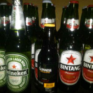 Barang bukti minuman keras yang disita petugas pada Sabtu malam tadi. Foto: Bob