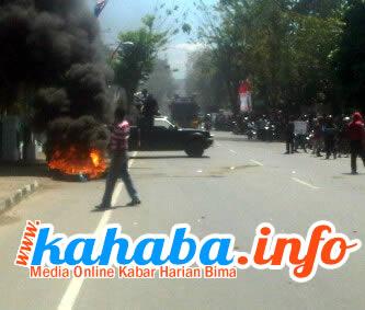 Massa pengunjukrasa terlibat bentrok dengan polisi. Coto: Cen