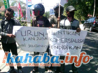 Unjuk rasa REMAN di depan kantor Dikpora Kabupaten Bima, Jumat 16 Agustus 2013. Foto: Dedi