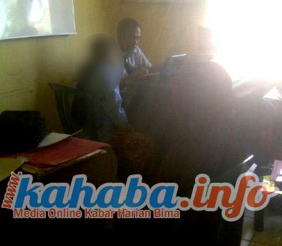 korban pemerkosaan ayah tiri saat memberikan keterangan di Mapolres Bima Kota