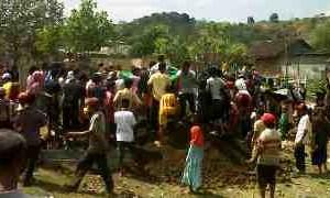 prosesi pemakaman guru honor pondok pesantren yang akrab disapa Anis, Sabtu, 31 Agustus 2013. Foto: AL/N