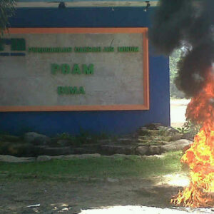 Pegawai bakar ban depan kantor PDAM sebagai wujud protes, sabtu, 3 Agustus 2013. Foto: Cen