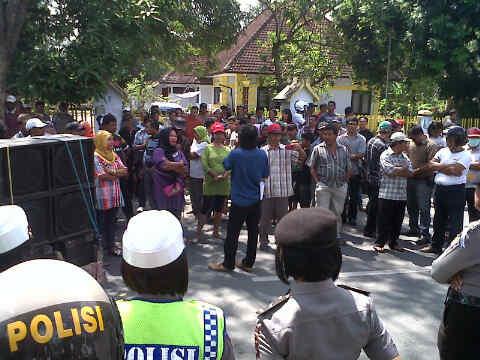 Kondisi Demonstrasi Forum Penyelamat Konstitusi (FPK) di Gedung DPRD Kota Bima menuntut Anggota Dewan tindaklanjuti putusan PTUN. Foto: Al