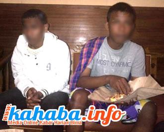 Kedua terduga pelaku penembakan di kosan Mande sesaat setelah diamankan polisi