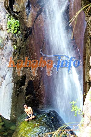 Pengunjung tengah menikmati suasana di air terjun 'Oi Nca' Ntoke. Foto: Bin