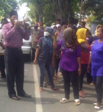 Keluarga korban kasus pemerkosaan yang menggelar demosntrasi di depan kantor Kejaksaan Negeri Raba Bima, Senin, 12 Agustus 2013. Foto: Agus