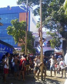 Lpmba Panjat Pinang di Kelurahan Paruga, Sabtu, 17 Agustus 2013. Foto: Agus