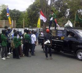 Puluhaan anggota BEM STIHM Bima saat menggelar demonstrasi di depan Mapolres Bima Kota, Senin (9/9/13). Foto: Gus
