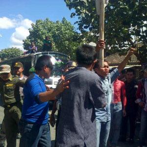 Massa Gerak Madapangga memprotes pihak Bulog Divre II Bima karena menjual beras busuk