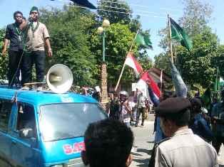 Kasus 'Pesta Maksiat' di Hotel Kalaki Beach, HMI demo di DPRD Kabupaten Bima, menuntut Kapolres Bima dicopot. Foto: Buser