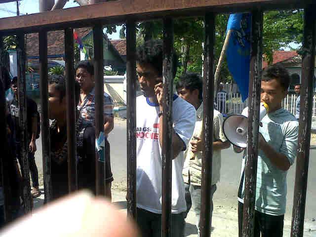 Demonstrasi pungli biaya nikah di Kemenag Kabupaten Bima. Foto: Buser