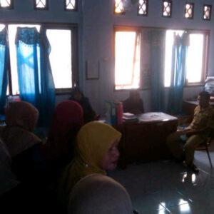 Guru saat mendatangi Kantor Kemenag Kabupaten Bima, Rabu, 4 September 2013. Foro: Buser