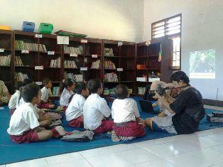 Pemebelajaran siswa di ruang perpustakaan sekolah. Foto: Nadia