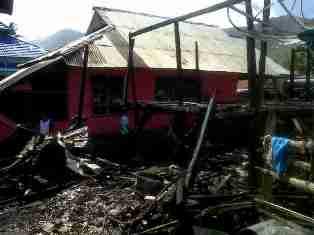Puing rumah panggung milik korban yang ludes terbakar. foto : AL