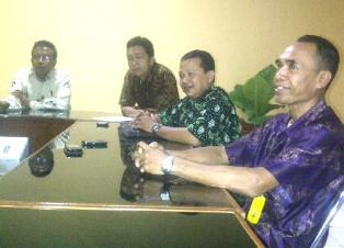 Empat pejabat teras KPP Pratama Raba Bima saat menerima wartawan, Selasa, 10 September 2013. Foto: Gus