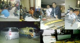 Sederet foto barang bukti, Pelaku dan kondisi kantor ekspedisi Bima Permai yang di rusak 31 orang warga Desa Naru, Senin malam, 16 September 2013. Foto : Gus